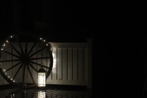 Raahasin kärrynpyörän terassille ja kieputin ympärille valoja. Kun loppu valopiuhasta oli jo lähes selvittämättömässä sotkussa, Mies keksi, että syrtätään se lyhtyyn. Ja asetelmahan on oivallinen!